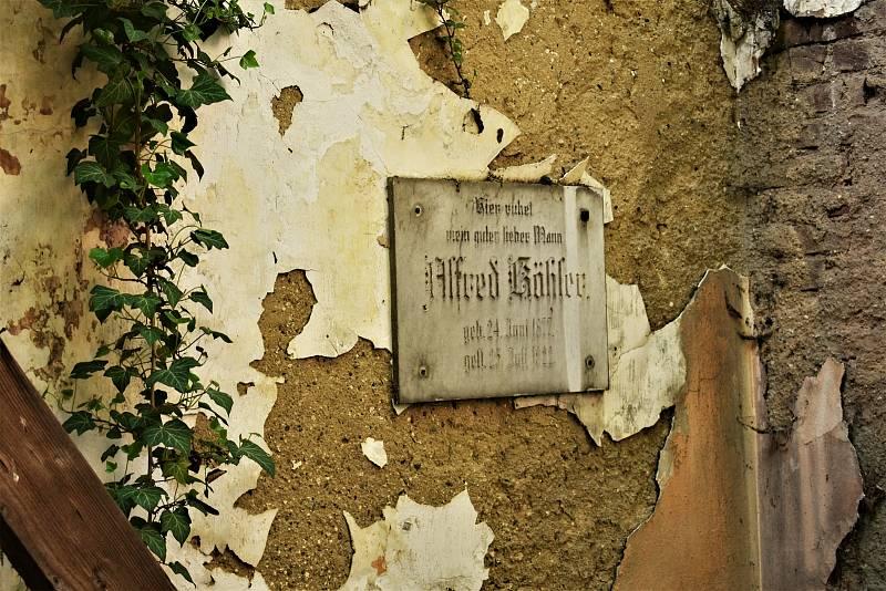 Hrobka rodiny Köhlerů na hřbitově v Krásném Březně.