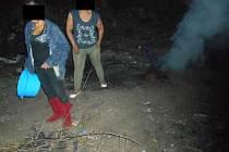 Dvě ženy vypalovaly staré měděné kabely.