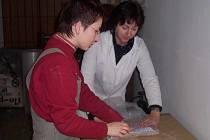 Odborné pracovnice muzea balí vzácné knihy pro stěhování v roce 2006