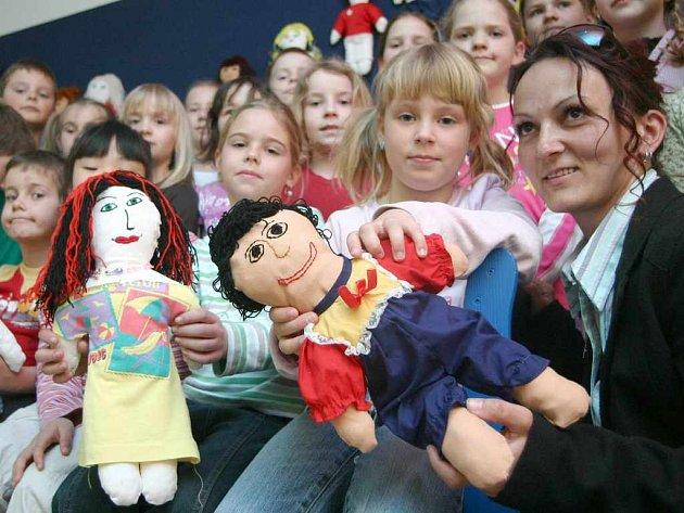 Děti s panenkami Unicef
