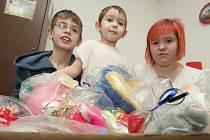 Děti z azylového domu na Stříbrníkách měly z dárků, které jim nasbírali a darovali sami Ústečané, velkou radost.