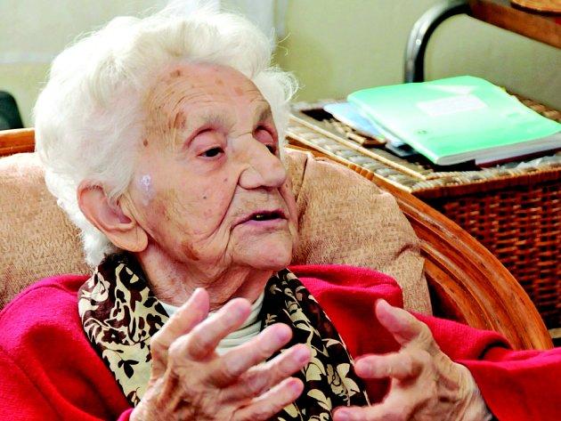 Přestože Emilie Veverková letos oslavila 100. narozeniny, stále sleduje a s nadhledem komentuje dění kolem sebe.