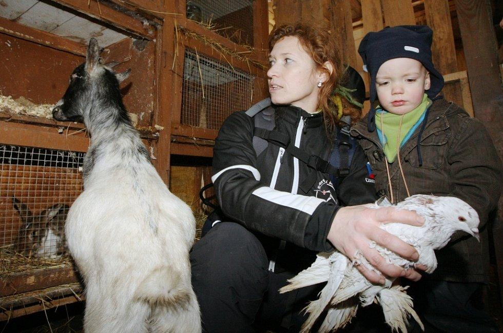 Na farmě poblíž Vaňovského vodopádu tráví děti z lesní třídy dva dny v týdnu. Venku jsou však téměř pořád.