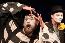Na snímku z Shakespearovy komedie Zkrocení zlé ženy jsou (zleva) herci Činoherního studia Jan Plouhar a Jan Jankovský.