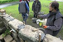 ZŘÍCENÍM hrozila pískovcová zeď kolem židovského hřbitova v Č. Lípě kvůli zvětralé maltě. Dělníci ji museli místy rozebrat a postavit znovu, jinde stačilo spáry mezi kameny vyplnit novou maltou.