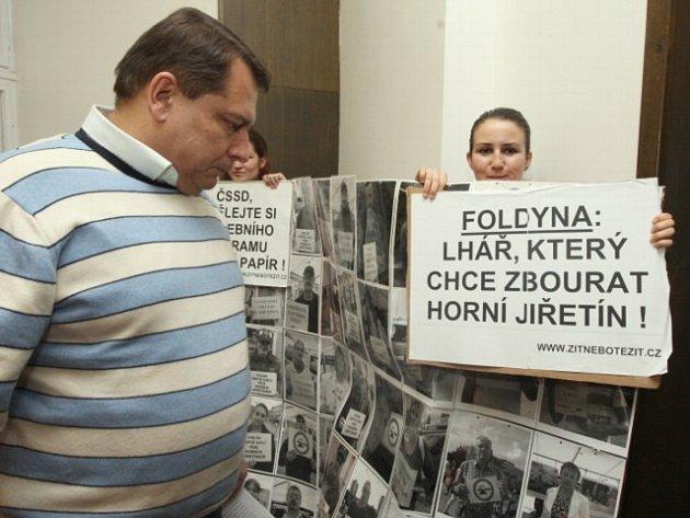 Ekologové z organizací Greenpeace a Kořeny přijeli do Teplic demonstrovat. Nelíbí se jim výroky Foldyny.