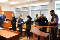 Milan Sási (vpravo, nasazuje si roušku), Libuše Bánomová a Milan Szaszi u verdiktu krajského soudu ohledně distribuce drog na Ústecku.