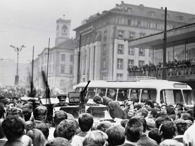 Ruské okupanty v centru města v srpnu 1968 nikdo nevítal rád.