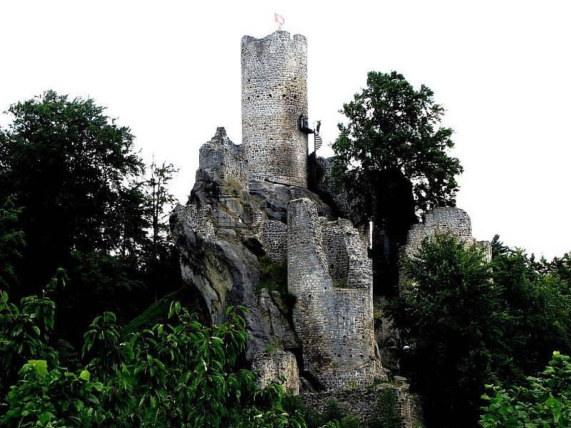 Z hradní věže, která je dnes bezpečně přístupná, jsou kouzelné výhledy po okolní krajině.