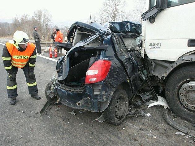 Vážná dopravní nehoda blokuje silnici I/30 u Litochovic nad Labem.