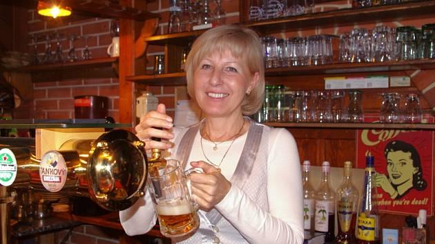 Natočit si půllitr piva měla možnost obchodní manažerka Jarmila Kühlweinová, jejíž profesí je prodej chmele.