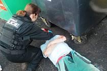 Zraněný opilec zaměstnal strážníky i zdravotníky.