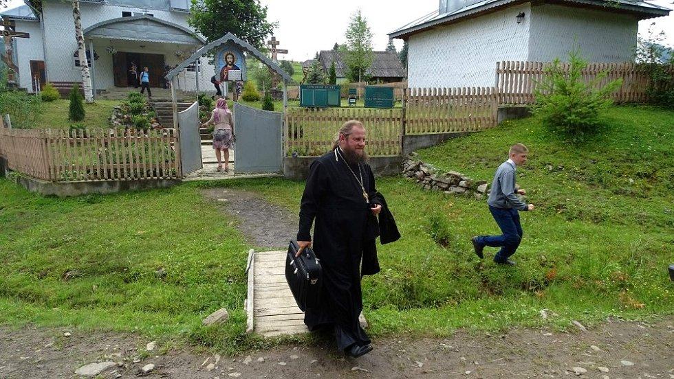 Nejvýchodnější obec Svoboda, končí mše a kněz spěchá do svého teréňáku na další mš