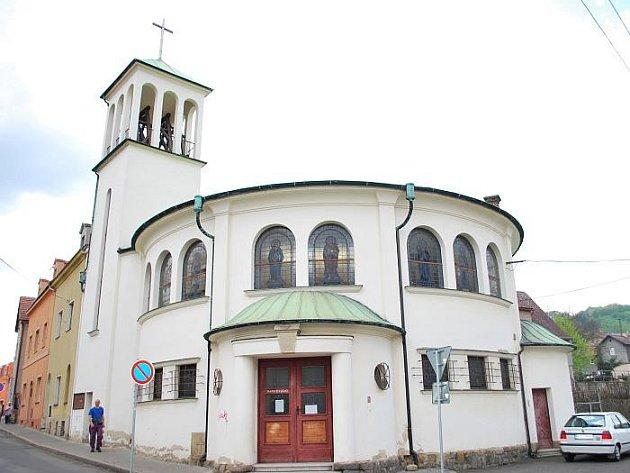 Kostel Navštívení Panny Marie v Povrlech.