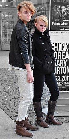 Móda Depeche Mode je nadčasová. Ktomuto stylu patří černá barva a klasické účesy. Lze již kombinovat isrůznými styly oblékání.