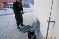 Muž spadl do šachty v ústecké ulici U Kostela a prostál tam celou noc