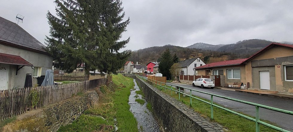 Malé Březno je malá obec o zhruba 515 obyvatelích u hranice s Děčínskem, na střekovské straně Labe. Její součástí je obec Leština. Snímky z procházky obcí. Luční potok.