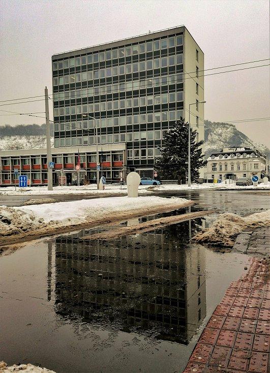 Ústecký fotograf Martin Vodňanský si oblíbil snímky zachycující dominanty města nad Labem v odrazu kaluže. Říká jim loužovky. Na snímku je budova Krajského soudu v Ústí nad Labem.