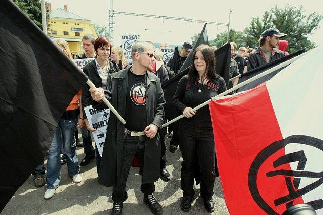 Autonomní nacionalisté Sever pochodovali loni v červnu v Děčíně. V letošním roce pořádají pochod v centru Ústí.
