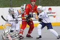 Ústečtí hokejbalisté (bílé dresy) doma porazili Hradec Králové 4:1.