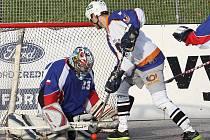 Hokejbalisté ústecké Elby DDM (bílé dresy) doma prohráli s Karvinou 2:3 po nájezdech.