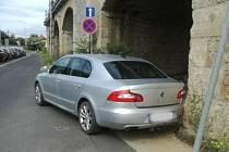 Špatně zaparkované auto u OC Forum.