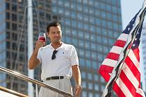 LEONARDO DICAPRIO  na horním snímku z filmu Vlk z Wall Street, níž obal Jasmíniných slz, které v lednu vyjdou.