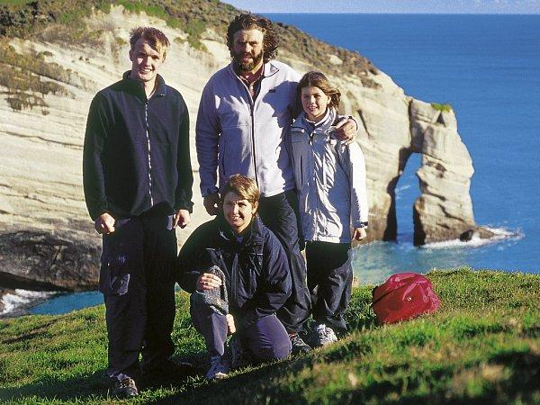 Při pěší túře podél pobřeží Tasmanova moře na severním výběžku Jižního ostrova jsme se dostali až na Cape Farewell ke skalnímu oblouku (zleva Jakub, Lenka, Leoš a Veronika).