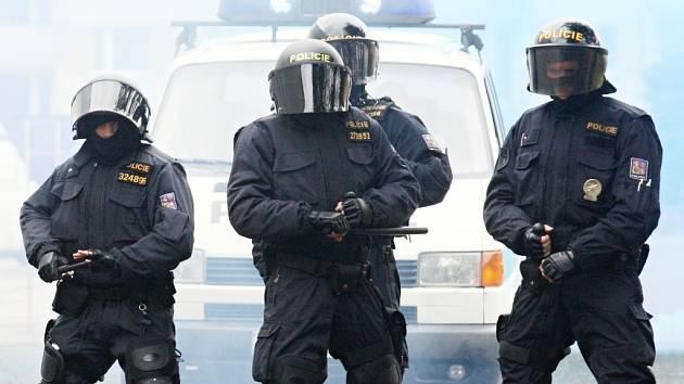 Policisté při výcviku taktiky v areálu v Božtěšicích.