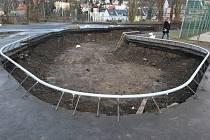 Dělníci z Mystic constructions již vyhloubili jámu pro dva betonové bazény.