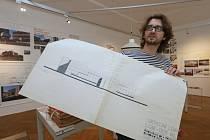 Historik Martin Krsek s nákresem obchodního domu Labe, který je součástí nové výstavy.