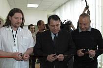 Přestřižení pásky se ujali zleva primář Petr Janec, Jiří Paroubek a Petr Benda.