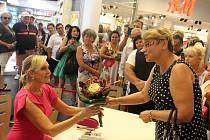 První ve frontě na autogramiádě Heleny Vondráčkové v OC Forum v Ústí nad Labem stála její velká fanynka Iva Říhová z Libochovic.