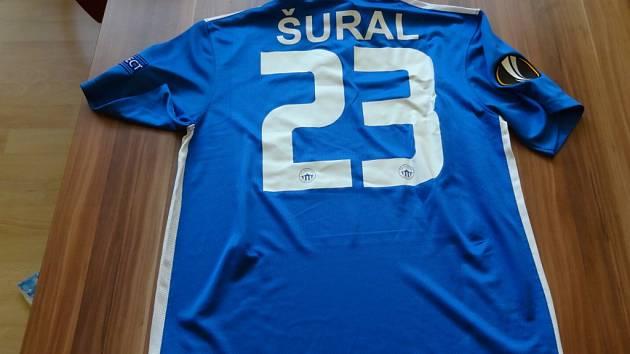 Jedním z dražených předmětů byl i podepsaný dres Josefa Šurala.