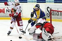 Ústečtí hokejisté (modro-žlutí) doma prohráli s Prostějovem po nájezdech.