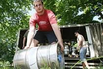 Piva bude dost! To vzkazují pořadatelé pivních slavností  dnes v Letním kině. Takto se včera chystali na žíznivé publikum.