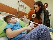 Přední české modelky a modelové zavítali už potřinácté na dětské oddělení ústecké nemocnice.