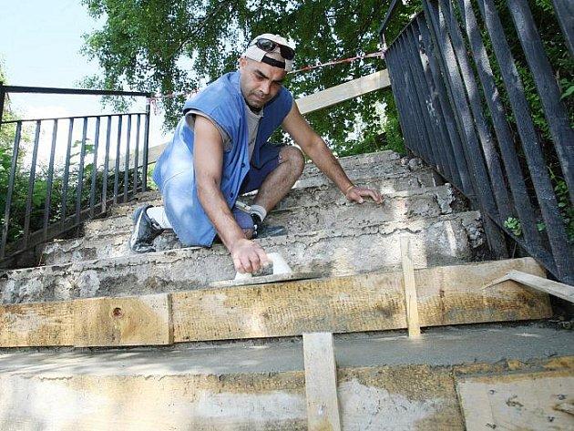 Severní Terasu vyjde mnohem levněji oprava schodů od VPP. Jedním z nich je i František Demetr.