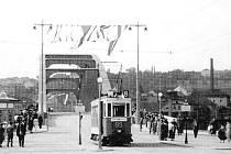 Tramvaj přejíždí poprvé most přes Labe v srpnu 1936.