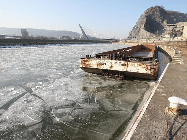 """""""Budeme čekat, až led bude tenčí, abychom ho mohli rozbourat a odstranit bez bouracích lodí,"""" uvedl ředitel správy Povodí Labe Václav Jirásek."""