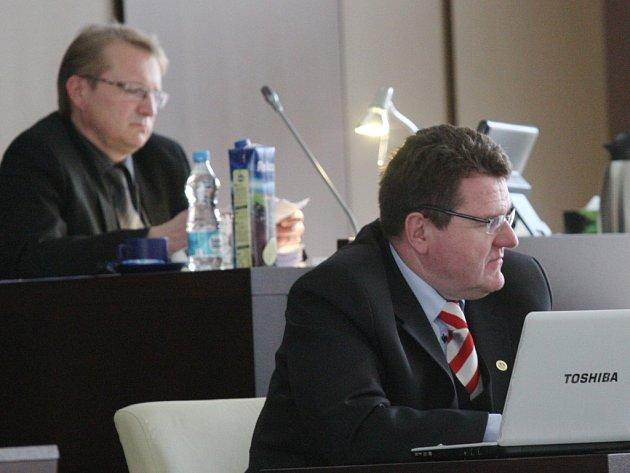 Radní Jan Eichler (vpravo) na jednání zastupitelstva.