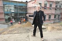 Architekt podle ředitele Alfreda Dytrta u hlavního východu z nového křídla ústeckého gymnázia naplánoval malý amfiteátr s dobrou akustikou. Studenti si zde budou moci uspořádat třeba vlastní vystoupení.