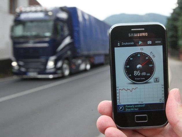 Aplikace na mobilním telefonu v pondělí po poledni naměřila ve Vaňově hluk z dopravy 86 decibelů. Místní lidé trpí ve dne i v noci.