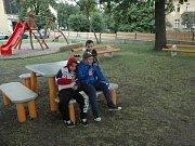 Studenti ústecké univerzity navrhli speciální lavičky a další prvky pro středisko Člověk v tísni v ústeckých Předlicích.