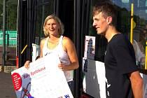 Autobus ponese jméno Michala Bednaříka. Spolu s ním autobus pokřtila Barbora Špotáková.