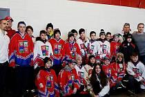 Třináctiletí talenti jako vítězové turnaje v Quebecu. Zcela vlevo je hokejista Tomáš Plekanec a vpravo Tomáš Fleischmann.