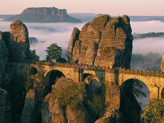 UNIKÁTNÍ MOST Basteibrücke patří k jedněm z nejvyhledávanějších turistických míst Saského Švýcarska.