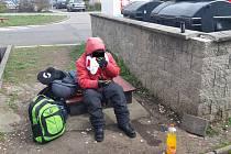 Bezdomovec podezřelý z vypáčení kontejneru