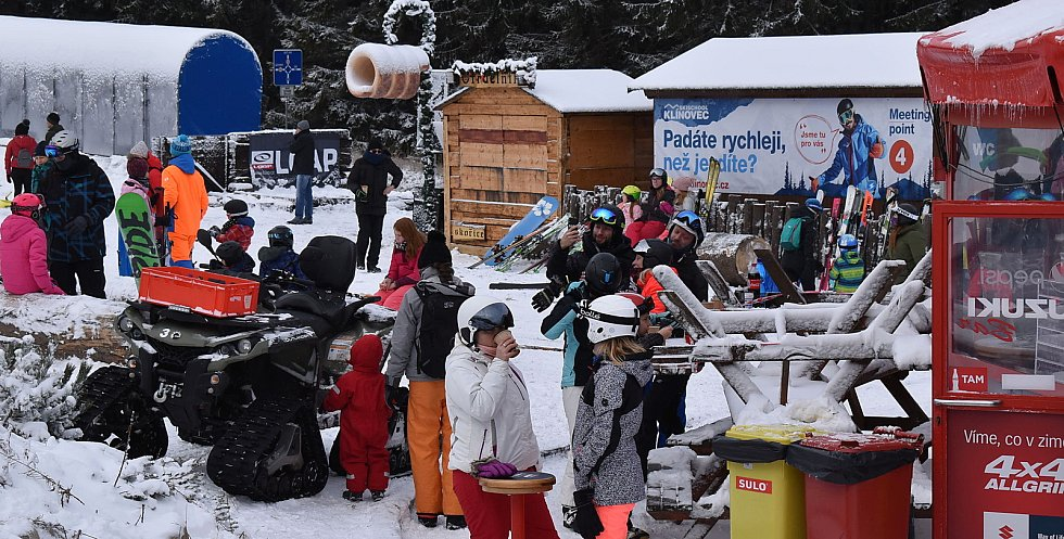 Tisíce lidí přijely v sobotu 26. prosince využít poslední možnost zalyžovat si na krušnohorský Klínovec. Areál, stejně tak jako všechny ostatní v ČR, musí mít od neděle kvůli covidovým opatřením zavřeno.