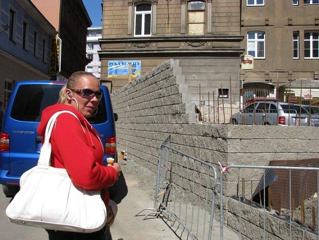 Lidé procházející ulicí V Jirchářích kroutí hlavou, co v centru vyrůstá zase za novou stavbu. Na snímku Jana Horáčková.